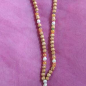 Sautoir en jaune avec perles en bois et en verre puis un cactus en pierre naturelle puis un pompon jaune