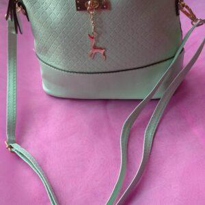 Sac vert amande en simili cuir et son détail son bijoux de sac en acier inoxydable certi doré