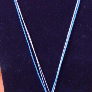 Collier avec un fil de coton et de lin accompagné de son pendentif la croix celte