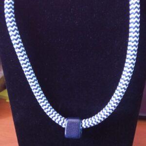 Collier marin avec grosse pierre pailleté bleu